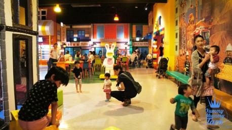 ภายใน Legoland discovery center มีบริการอาหาร และ เครื่องดื่มด้วย ผู้ปกครองสามารถนั่งพักกันได้ แล้วปล่อยให้เด็กๆ วิ่งเล่่นกับมุมของเล่นในนั้นตามสะดวก